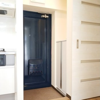 玄関もレトロな可愛さがありますね。※写真は3階の同間取り別部屋のものです