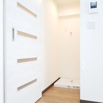 洗濯パンは玄関横にあります。※写真は3階の同間取り別部屋のものです