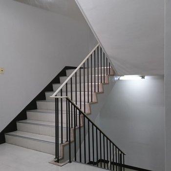 共用部】急ぎの時はエレベーターを待たずに階段で駆け上がりましょう!