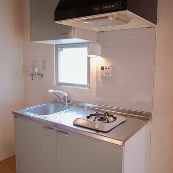 水色がさわやかなキッチン ※写真は4階の似た間取り別部屋のものです