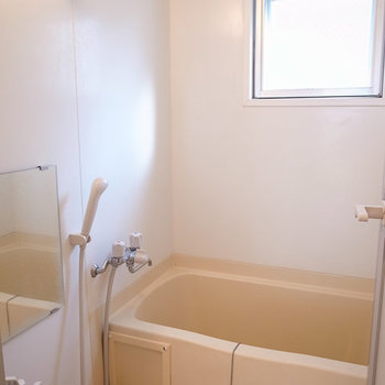 お風呂、こっちの窓は南向きです。 ※写真は4階の似た間取り別部屋のものです