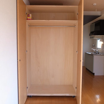 大きな可動式収納付き。 ※写真は4階の似た間取り別部屋のものです