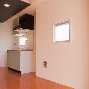 この小さい窓のしたに、小さいテーブルを置いて・・・。 ※写真は4階の似た間取り別部屋のものです