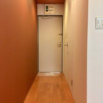 キッチン横の廊下へ。右手の扉は・・・※写真は3階の同間取り別部屋のものです