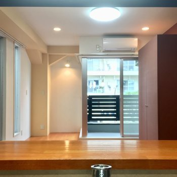 カウンター越しのお部屋はこんな感じ。開放感!※写真は3階の同間取り別部屋のものです