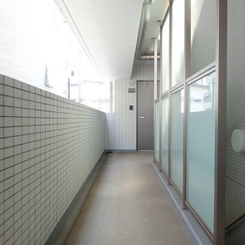 共用部は白タイルに囲まれて涼しげな雰囲気。