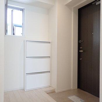 小窓のおかげで玄関が明るい印象です。