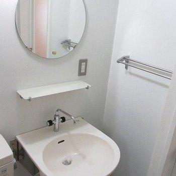 まあるい鏡で気分も上がる。※写真は6階の反転間取り別部屋のものです