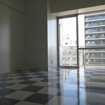 ポップな床です。※写真は6階の反転間取り別部屋のものです