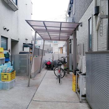 駐輪場は建物横に