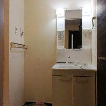 洗面台と洗濯機が並ぶ脱衣所。※写真は2階の反転間取り別部屋のものです※写真はクリーニング前のものです