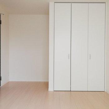 左奥のスペースは棚を置くと良さそう。※写真は2階の反転間取り別部屋のものです※写真はクリーニング前のものです