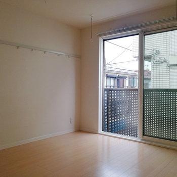 キレイな長方形のお部屋です。※写真は2階の反転間取り別部屋のものです※写真はクリーニング前のものです
