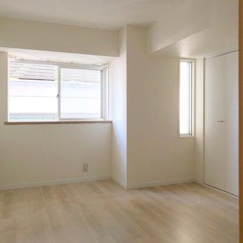北東側の洋室。柔らかな光が入ります。