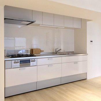キッチンはどっしりと。右側の凹みに冷蔵庫を置けますよ。(※写真の小物は見本です)