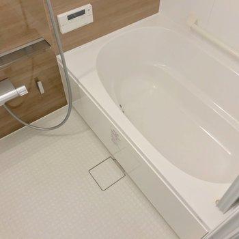 お風呂は追い焚き機能付き。ブラウンのクロスで清潔感たっぷり。