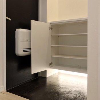 玄関は照明が効いています。広々しているので2〜3足は出しっぱなしでも良さそう。