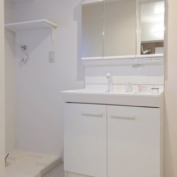 どっしり洗面台で朝の支度もラクラクですね。