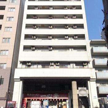 大通り沿いの建物。1階にはラーメン屋さんが入っています。