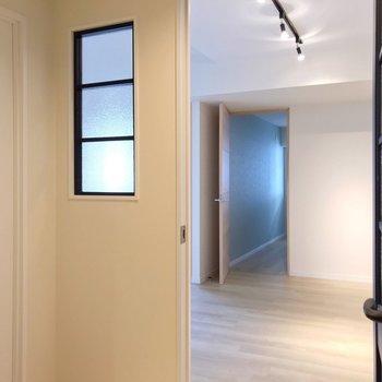 玄関入るとこの景色。扉と窓が可愛らしい空間。