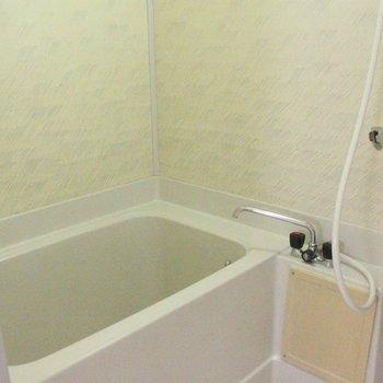 浴室には昔の面影も。とはいえ、とっても清潔 ※写真は3階の同間取りの別部屋のものです