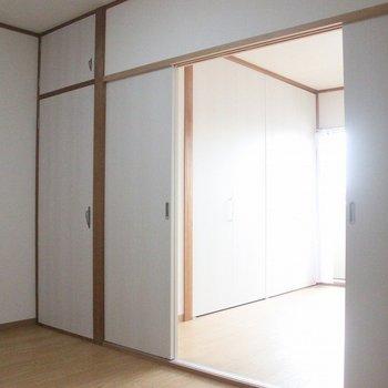 手前がリビングルーム ※写真は3階の同間取りの別部屋のものです