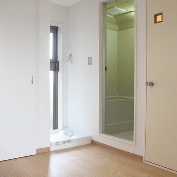 左にドアを移動すると、洗濯機置き場が出現 ※写真は3階の同間取りの別部屋のものです