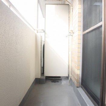 壁には水栓が。昔はここに洗濯機を置いていたようです。 ※写真は3階の同間取りの別部屋のものです