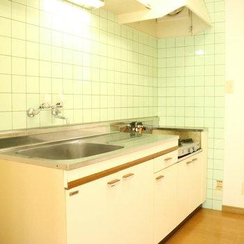 【LDK】キッチン、どどーん!広いんです。※写真は1階同間取り別部屋のものです