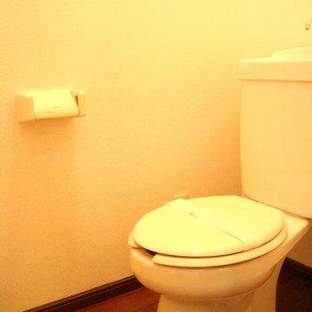 トイレもきれいです。※写真は1階同間取り別部屋のものです