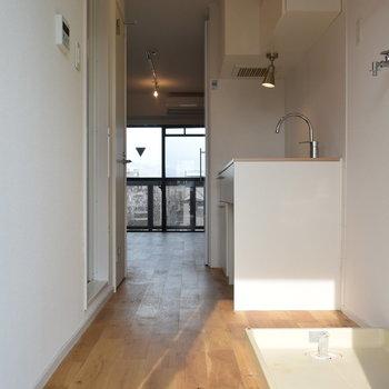 玄関は白タイル。そして無垢床との相性バツグン。