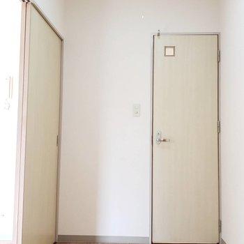 玄関の向かいにはお手洗い。左側に棚とか置こうかな~