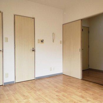 並ぶ扉の正体はクローゼット(左)、お風呂(真ん中)、玄関廊下(右)