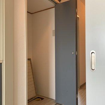 洗濯機置場は廊下にあります。