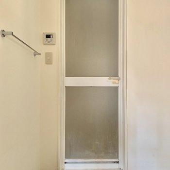 バスルーム入口にはタオルハンガー!便利だ〜※写真はクリーニング・通電前のものです