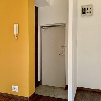 玄関はお部屋の真ん中あたりに。※写真はクリーニング・通電前のものです