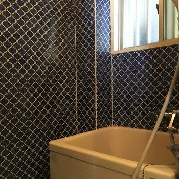 浴室は壁がモロッコ調のタイル! かわいい◎