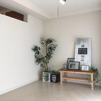 壁の上部が空いていているので洋室とつながりを感じられます