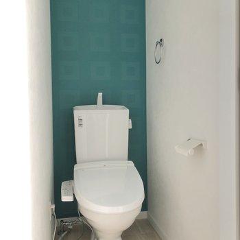 トイレにも素敵なブルーのクロス。※写真は通電前のものです