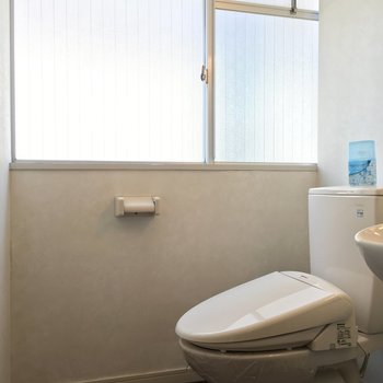 トイレと洗面は同室ですが、とっても明るい◎