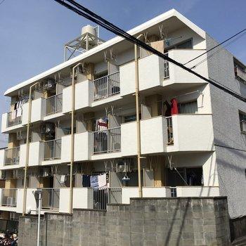 坂に建つレトロなマンション