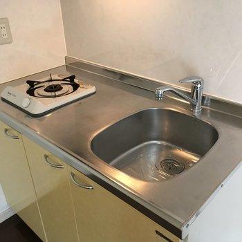 キッチンは1口コンロ。希望があればコンロの交換も可能です!