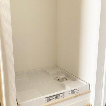 洗濯板の上には棚もついています※写真は通電前のものです