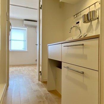 ホワイトのキッチンは清潔感がありますね。