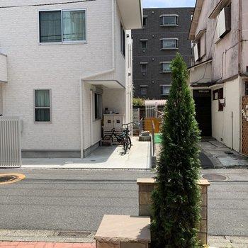 通りが目の前ですが、人通りもそんなに多くなくガラスは乳白色なのでそんなに気にならないですよ!