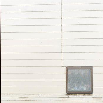 窓からの眺望はお隣のマンション。距離があるので日当たりはしっかりと確保されてます。