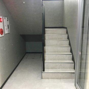 共用部の階段はこちら〜