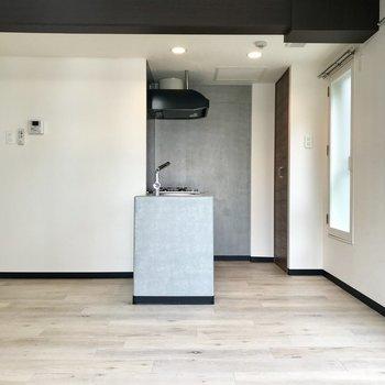 こちらはキッチンスペース♪※写真は同間取り別部屋です。