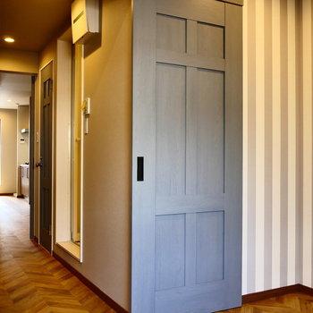 くるっと。ドアを開いて、脱衣所へ。