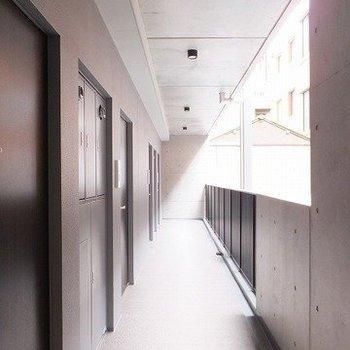 玄関前の共用部はこんな感じ。※写真は2階の同間取り別部屋のものです
